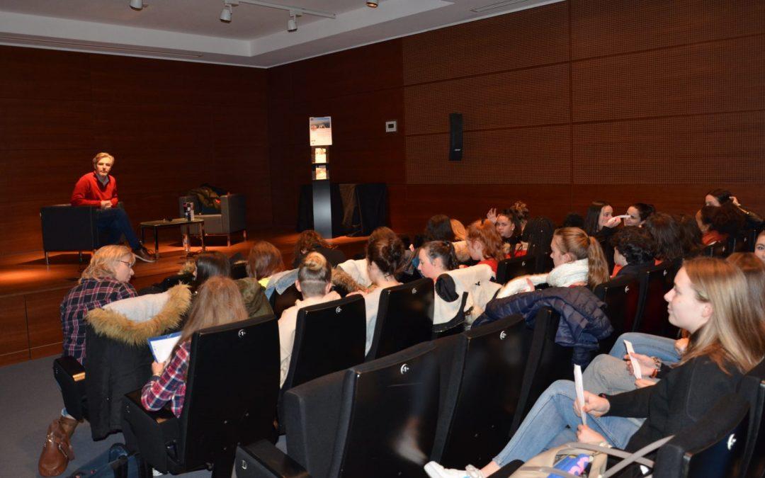 Les classes de 2de 1 et 3 du lycée Chaptal rencontrent l'écrivain Tanguy Viel à la médiathèque Alain Gérard.